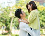 簡宏霖在戲中抱著郭雪芙不停旋轉,只是大熱天拍戲,浪漫氛圍破功。(三立提供)