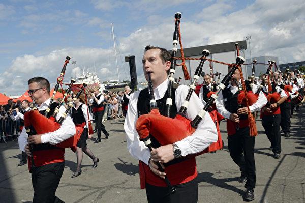 凱爾特音樂節8月3日在法國洛里昂熱鬧舉行。圖為風笛樂團表演。(MIGUEL MEDINA/AFP)