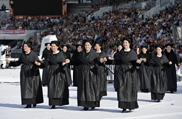 凱爾特音樂節8月3日在法國洛里昂熱鬧舉行。圖為著傳統服裝遊行。(MIGUEL MEDINA/AFP)