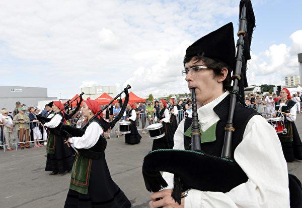 凱爾特音樂節8月3日在法國洛里昂熱鬧舉行。圖為管樂團表演。(MIGUEL MEDINA/AFP)