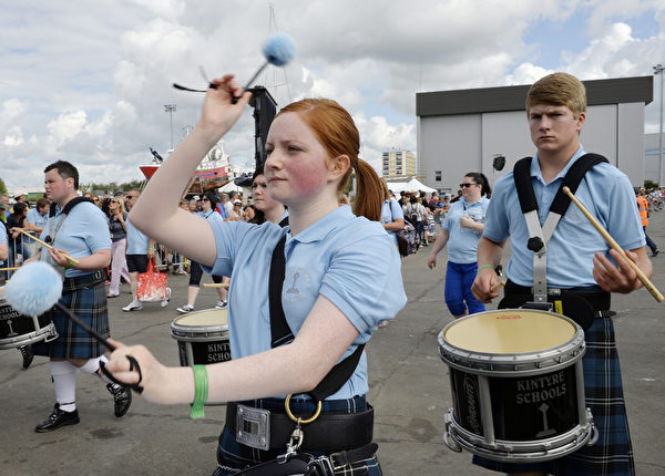 凱爾特音樂節8月3日在法國洛里昂熱鬧舉行。圖為金泰爾學校管樂隊表演。(MIGUEL MEDINA/AFP)