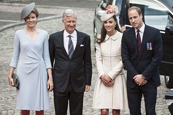 2014年8月4日,(左起)比利時王后瑪蒂爾德、國王菲利普在比利時東部城市列日迎接遠道而來的凱特王妃和威廉王子。(NICOLAS LAMBERT/AFP/Getty Images)