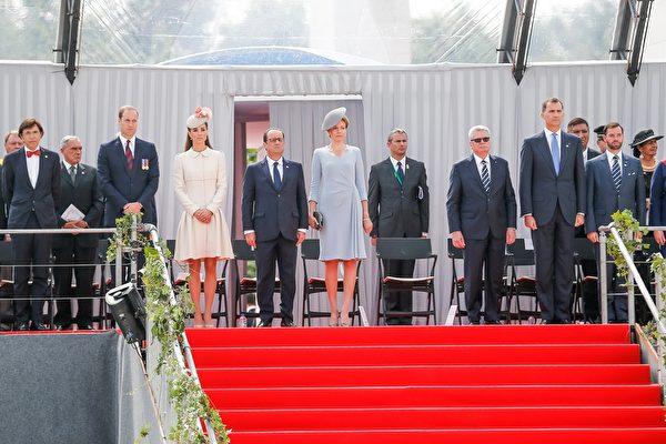 2014年8月4日,比利時王后瑪蒂爾德(中)與客人——(左起)比利時首相埃利奥•迪吕波、威廉王子、凱特王妃、法國總統奧朗德、德國總統高克和西班牙國王費力佩六世等在比利時東部城市列日出席一戰百年紀念活動。(BRUNO FAHY/AFP/Getty Images)