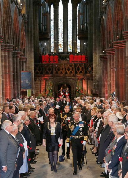 2014年8月4日,蘇格蘭格拉斯哥大教堂,查爾斯王儲與卡梅倫首相在出席一戰爆發百年紀念活動後步出教堂。(Russell Cheyne - WPA Pool /Getty Images)