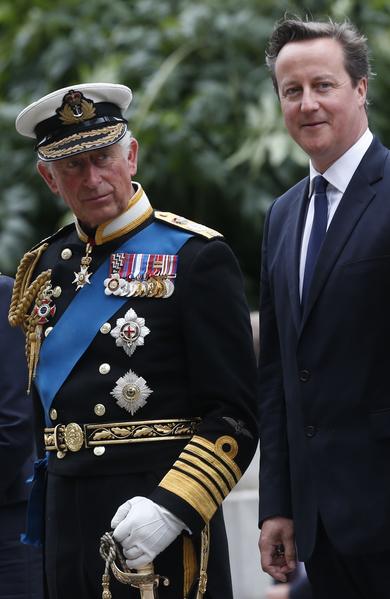 2014年8月4日,蘇格蘭格拉斯哥,查爾斯王儲(左)與卡梅倫首相參加一戰爆發百年紀念活動。(Danny Lawson - WPA Pool /Getty Images)