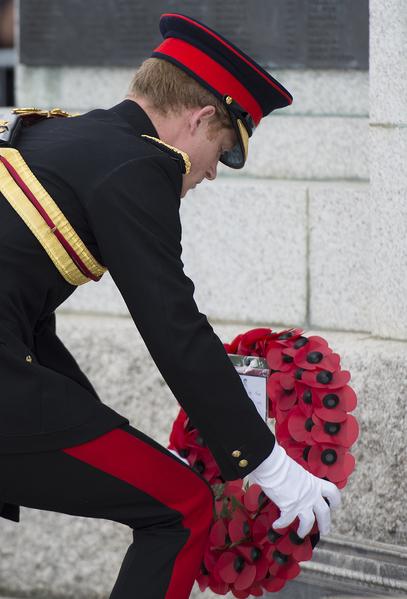 2014年8月4日,在英格蘭東南部的肯特郡,哈里王子出席福克斯頓一戰紀念拱門揭幕儀式,獻上罌粟花圈。(Steve Parsons - WPA Pool /Getty Images)