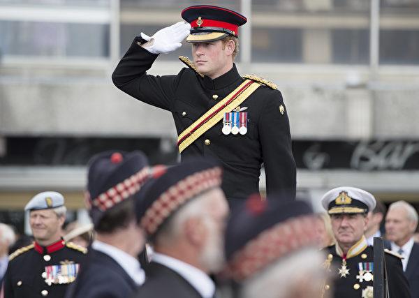 2014年8月4日,在英格蘭東南部的肯特郡,哈里王子出席福克斯頓一戰紀念拱門揭幕儀式。(Steve Parsons - WPA Pool /Getty Images)