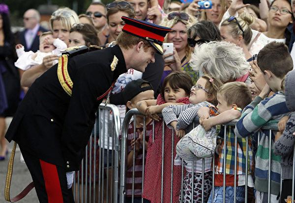 2014年8月4日,在英格蘭東南部的肯特郡,哈里王子(左)出席福克斯頓一戰紀念拱門揭幕儀式。(Steve Parsons - WPA Pool /Getty Images)