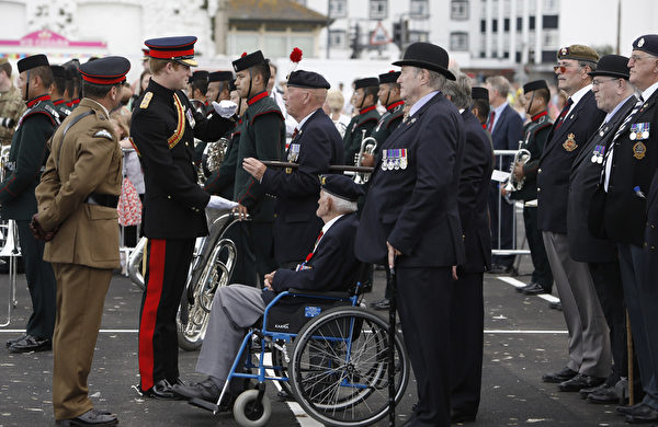 2014年8月4日,在英格蘭東南部的肯特郡,哈里王子出席福克斯頓一戰紀念拱門揭幕儀式,與老兵會晤。(Steve Parsons - WPA Pool /Getty Images)