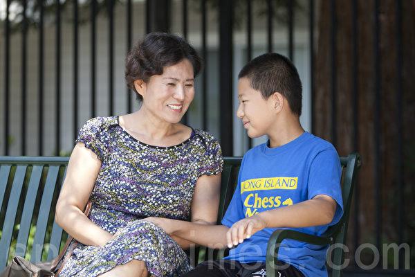 圖:中國大陸著名維權律師高智晟的三年冤獄將於8月7日屆滿。2014年08月05日,高智晟的妻子耿和在舊金山灣區家中接受了大紀元採訪。圖中耿和與兒子高天宇在一起。(馬有志/大紀元)
