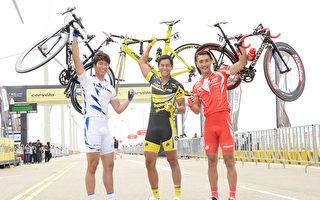 三位男主角窦骁、彭于晏、始源举起单车秀臂力。(华映娱乐提供)