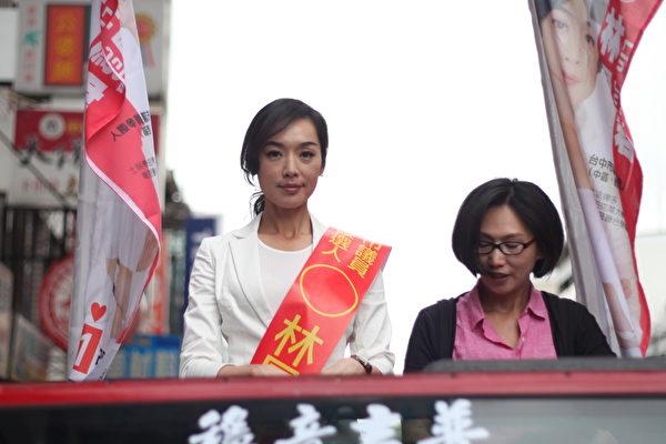 王靜瑩(左)站在吉普車上拍宣傳造勢戲。(公視提供)