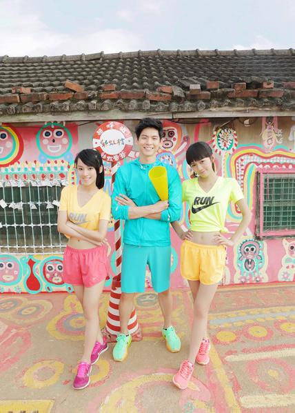 """""""Dears""""新歌《慢跑鞋》MV邀请林柏宏(中)跨刀。左为小安,右为Dewi。(阿尔发提供)"""