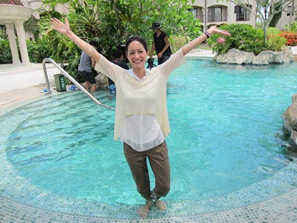 JANET在花蓮理想大地渡假村裡的游泳池拍攝。(民視提供)