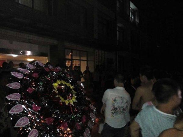 8月6日晚,數十名家屬與村民到縣政府討說法。(知情人士提供)