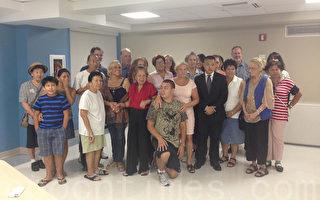 """法拉盛社区领袖玛莎(Martha Flores-Vazquez,前排右五)发起的""""社区居民会议""""每月举办一次,是法拉盛居民反映社区问题的平台。在8月7日晚举行的会议上,玛莎邀请了纽约市公益维护人乐悌莎(Letitia James)办公室社区事务主任Adam Feng Chen(前排右四)与会,听取居民意见。(陈晓天/大纪元)"""