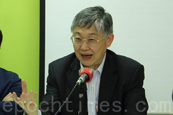 香港政改民意關注組公佈新一輪民意調查結果。圖為中原地產創辦人施永青。(蔡雯文/大紀元)