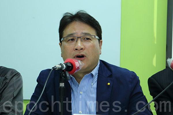 香港政改民意關注組公佈新一輪民意調查結果。前民主黨議員李華明。(蔡雯文/大紀元)