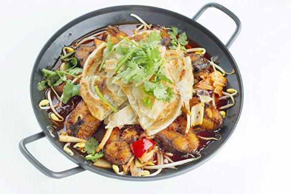 「鐵鍋鱍魚燴餅」魚肉鮮美,大餅味濃。(張學慧/大紀元)