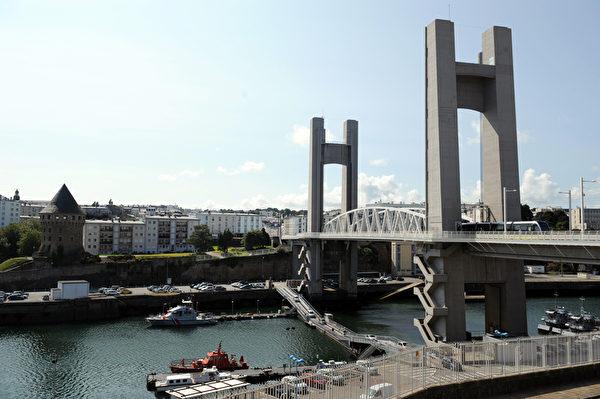 法國布列塔尼區布雷斯特(Brest)的勒庫弗朗斯橋(FRED TANNEAU/AFP)