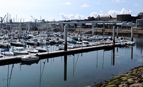 船停靠在法國布列塔尼區布雷斯特(Brest)碼頭(FRED TANNEAU/AFP)