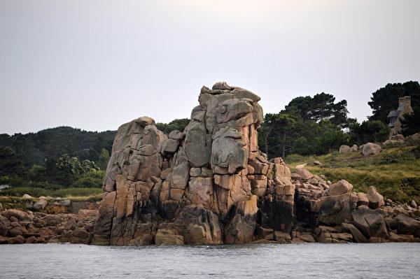 法國布列塔尼區玫瑰海岸(Cote de Granit Rose)岩石(MIGUEL MEDINA/AFP)