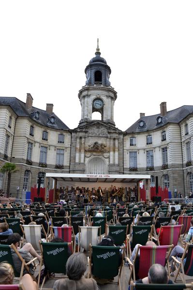 人們在法國布列塔尼區雷恩(Rennes)廣場欣賞音樂會。(MIGUEL MEDINA/AFP)