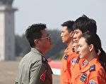 庹宗華(左)在片中飾演嚴厲的教官。(安可電影提供)