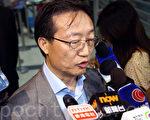 代表9千多名事務律師的香港律師會8月14日晚歷史性通過三項動議,包括向發表親共言論的律師會會長林新強表達不信任和要求林撤回支持中共國新辦白皮書的言論,以及律師會重申就《白皮書》提回應,重申捍衛司法獨立,林新強動議後被問到是否會就此辭職,沒有正面回應。(潘在殊/大紀元)