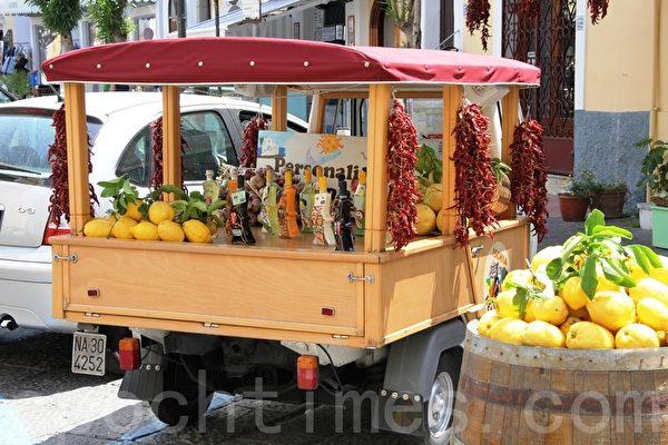在義大利南方小鎮的檸檬香甜酒limocello專賣車(ALEX/大紀元)