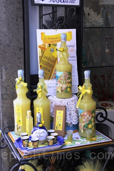 在Positano小鎮的檸檬香甜酒limocello專賣店(ALEX/大紀元)