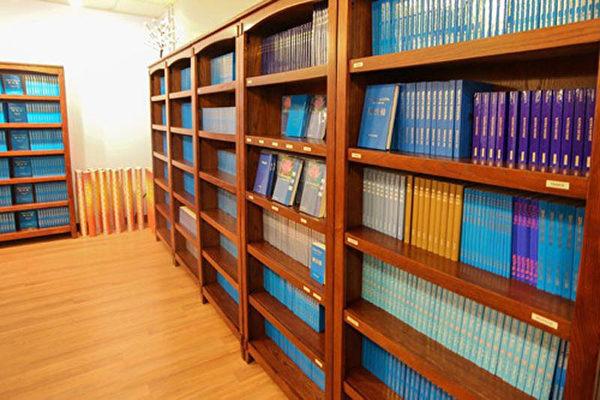 """""""天梯书店""""还有特别的奇闻禁书收藏,去天梯品尝咖啡的时候,难免一睹为快。(大纪元图片)"""