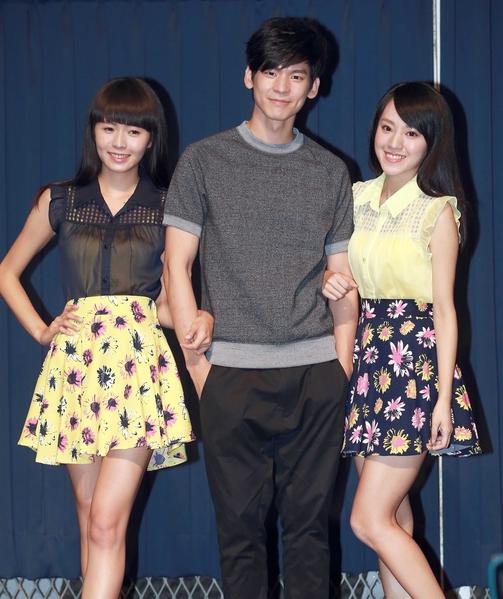 """台湾国民妹妹""""Dears""""举办首场签唱会,男星林柏宏(中)特别站台。(阿尔发提供)"""