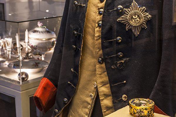 腓特烈大帝刺杀时穿的军服,右下角是保命的烟盒。(霍亨索伦堡提供)