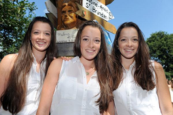 2014年8月15日,三胞胎参加在法国Pleucadeuc举行的双胞胎节。(FRED TANNEAU/AFP)