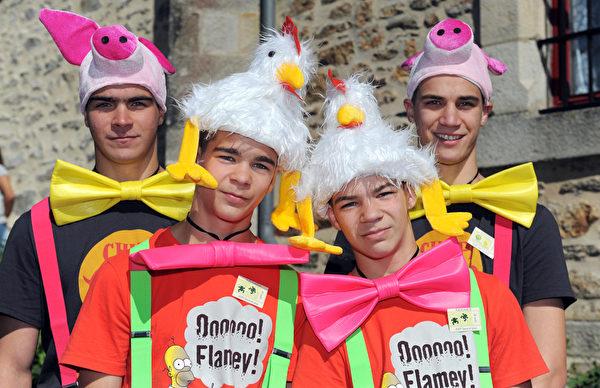 2014年8月15日,两对双胞胎参加在法国Pleucadeuc举行的双胞胎节。(FRED TANNEAU/AFP)