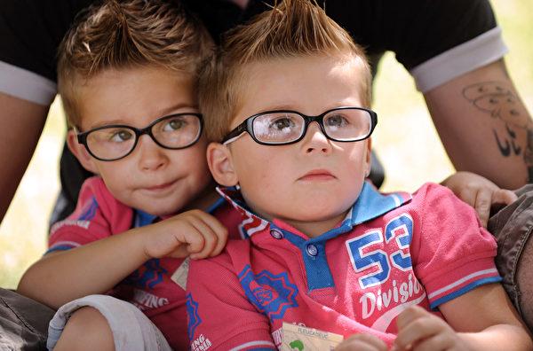 2014年8月15日,可爱双胞胎参加在法国Pleucadeuc举行的双胞胎节。(FRED TANNEAU/AFP)