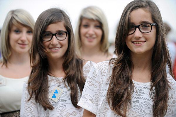 2014年8月15日,双胞胎参加在法国Pleucadeuc举行的双胞胎节。(FRED TANNEAU/AFP)