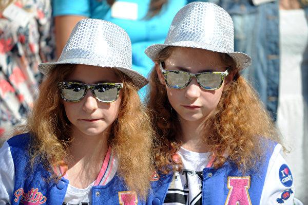 2014年8月15日,一对双胞胎参加在法国Pleucadeuc举行的双胞胎节。(FRED TANNEAU/AFP)