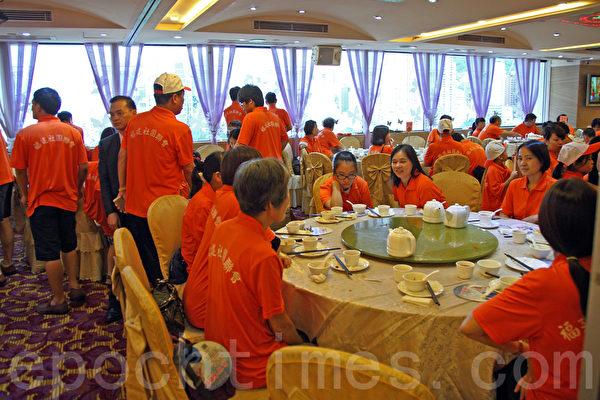 親共團體在8月17日發起反「佔中」遊行,多個參與的團體在遊行前到酒樓聚餐,令遊行起點維多利亞公園附近的酒樓爆滿。圖為香港福建社團聯會,該組織名譽會長洪祖杭擔任遊行總指揮,有傳媒報導稱,他私人捐款300萬元給反佔中遊行。(潘在殊/大紀元)