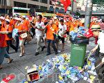 8月17日的香港,反佔中遊行隊伍所到之處,交通受阻地面狼藉。用鈔票和飯局誘惑,大陸人充當港民,警署虛報遊行人數,以及參與者素質不高,西方主流媒體如此認識此次中共背後操控的反佔中遊行。(潘在殊/大紀元)