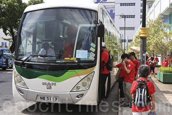 圖為香港廣西社團總會8.17在元朗大會堂的大巴,接送參加反佔中人士去維多利亞公園參加遊行。有傳媒報導稱,每人獲派錢至少200元。(余鋼/大紀元)