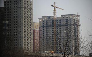 根据大陆统计局8月18日发布的70个大中城市房价数据,北上广深的新房和二手房价格首次出现下跌,而且与二三线城市比较,价格跌幅最大。(AFP PHOTO / WANG ZHAO)