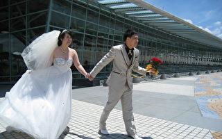 高铁求婚成功 新人嘉义站喜拍婚纱照