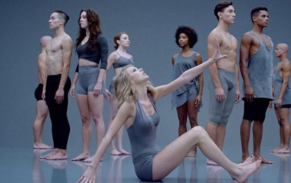 泰勒跳彩带舞。(环球音乐提供)
