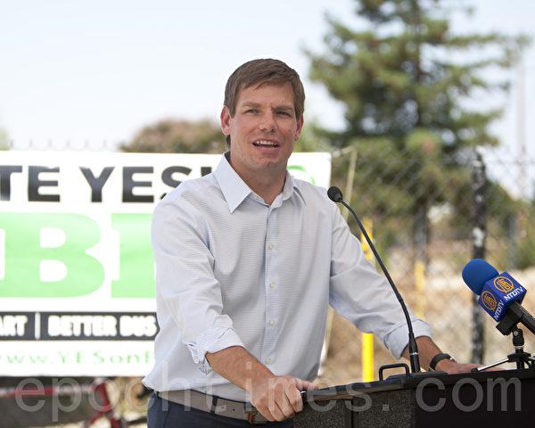 年輕有為的加州眾議員埃里克‧斯沃韋爾(Eric Swalwell)曾是方芳竭力拉攏的對象之一。圖為斯沃韋爾在剪綵儀式上。(馬有志/大紀元)