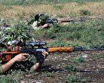 数百名伊拉克库尔德妇女说,她们受够了,因此决定像一名忠实的战士一样,拿起武器抵御ISIS极端分子的威胁,来保护她们的社区。图为2002年的库尔德女性志愿兵。( BEHROUZ MEHRI/AFP/Getty Images)