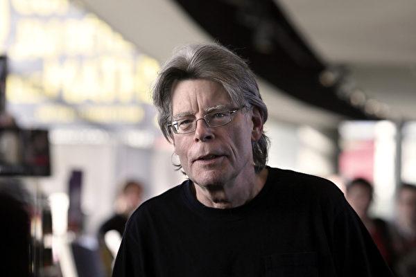 史蒂芬.金(Stephen King)是一位美國暢銷書作家,編寫過劇本、專欄評論,曾擔任電影導演、製片人。(Photo credit should read KENZO TRIBOUILLARD/AFP/Getty Images)