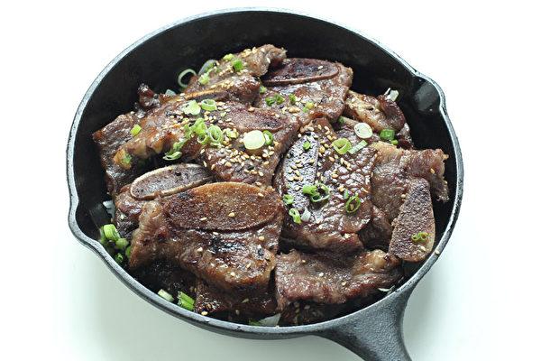 """""""特级烤牛排""""骨肉相连,味道极佳。(图:张学慧/大纪元)"""