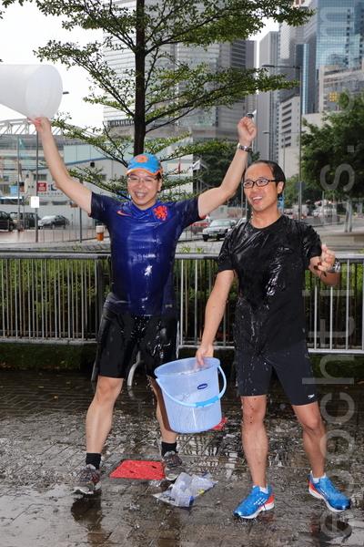 香港立法会议员莫乃光和梁继昌也接受冰桶挑战,除捐款行善,并呼吁关注香港新闻自由。(蔡雯文/大纪元)